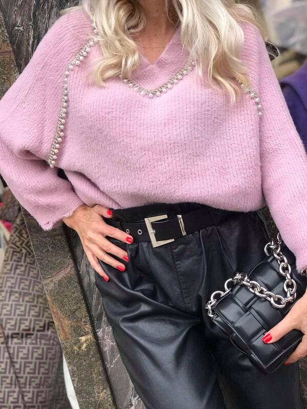 Пуловер в розово с остро деколте и перли