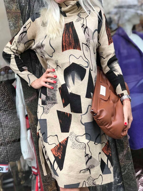 Бежова рокля с абстрактни мотиви