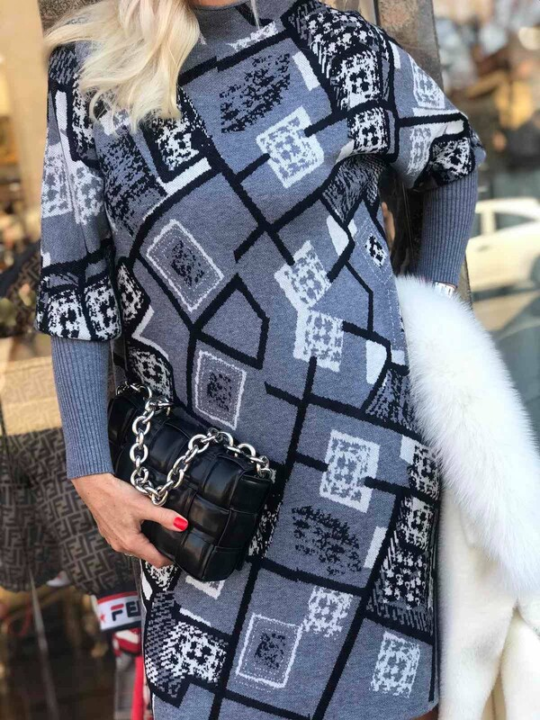 Сива рокля с абстрактни мотиви
