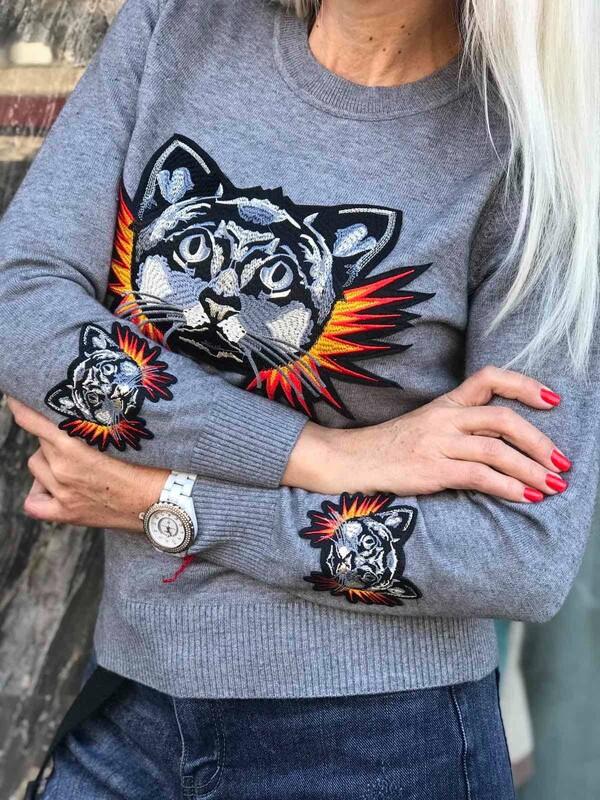 Сив пуловер с тигър