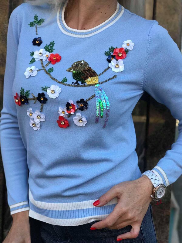 Син пуловер с декорация от пайети