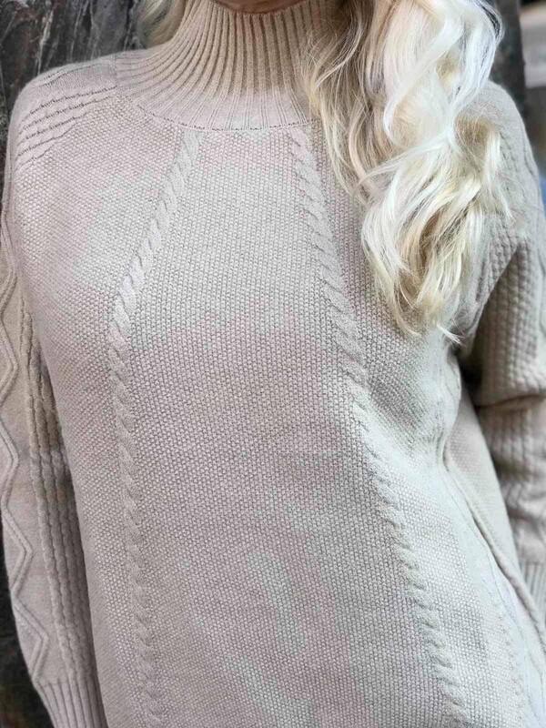 Пуловер в беж с поло яка