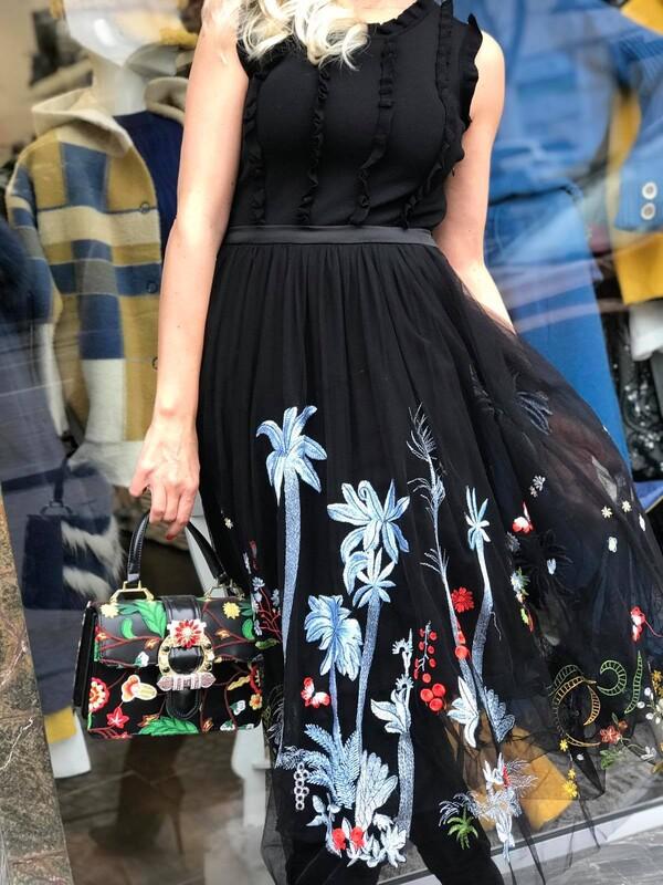Рокля в черно с бродирани цветя
