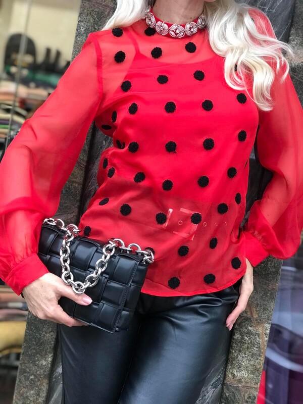 Червена риза на точки