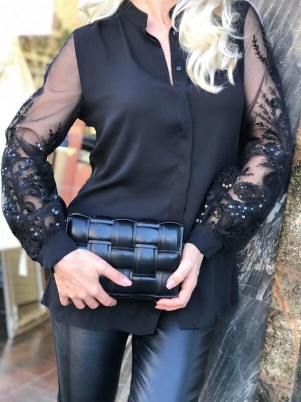 Риза в черно с ефектни ръкави
