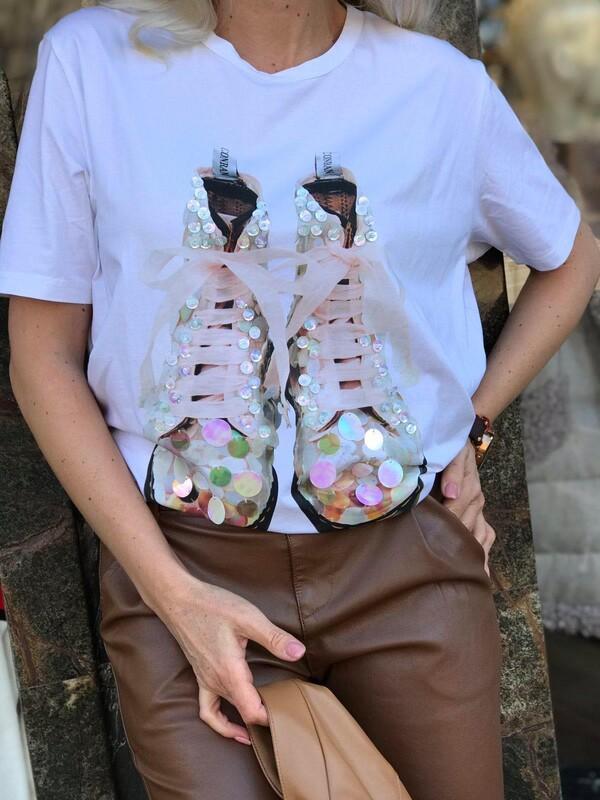 Тениска в бял цвят с пайети
