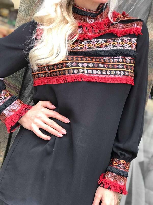 Риза в черно с пъстри декорации