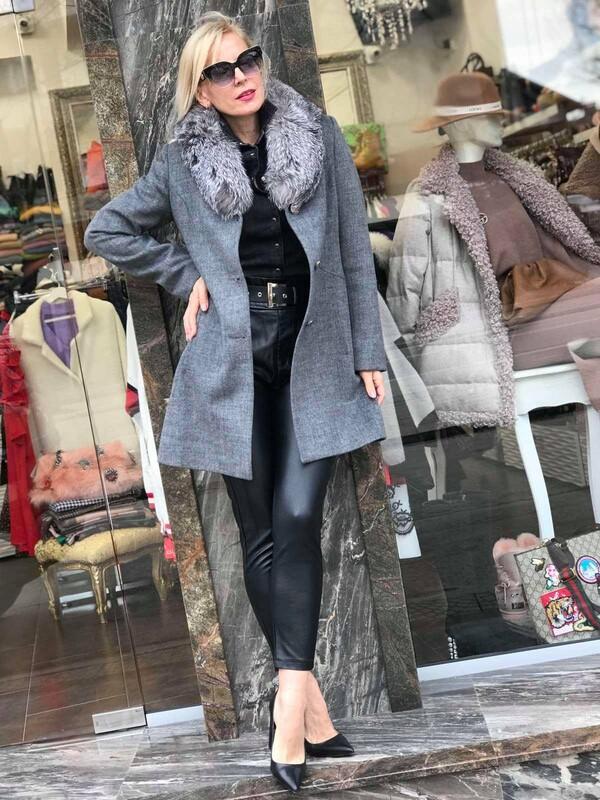 Палто в сиво с естествен косъм