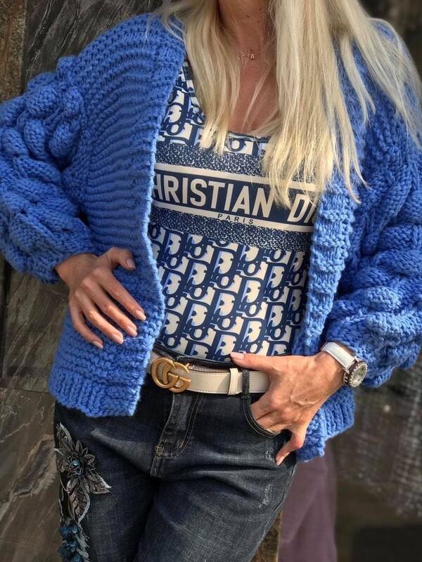 Къса жилетка в синьо с ефектни ръкави