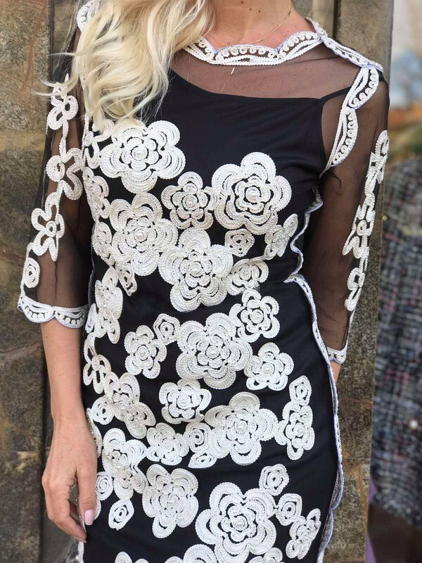 Рокля в черно с бродирани бели цветя