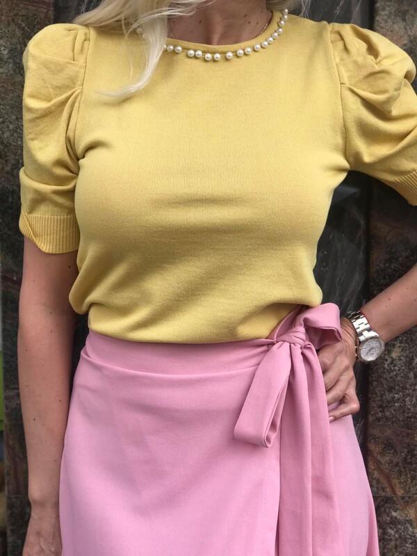 Блуза в жълто с перли