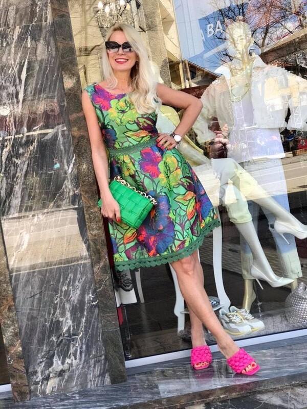 Зелена рокля с пъстри мотиви