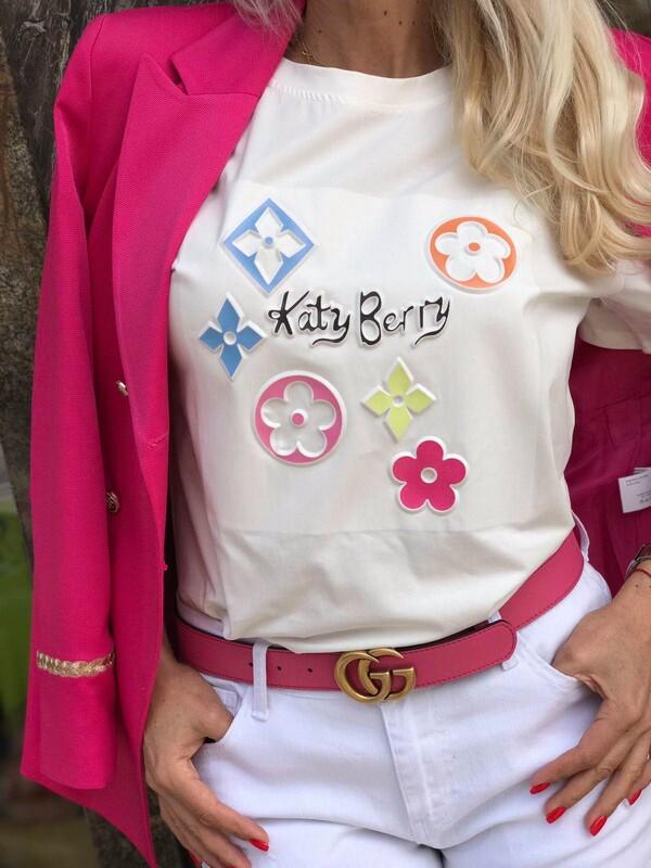 Тениска в цвят екрю с цветни декорации