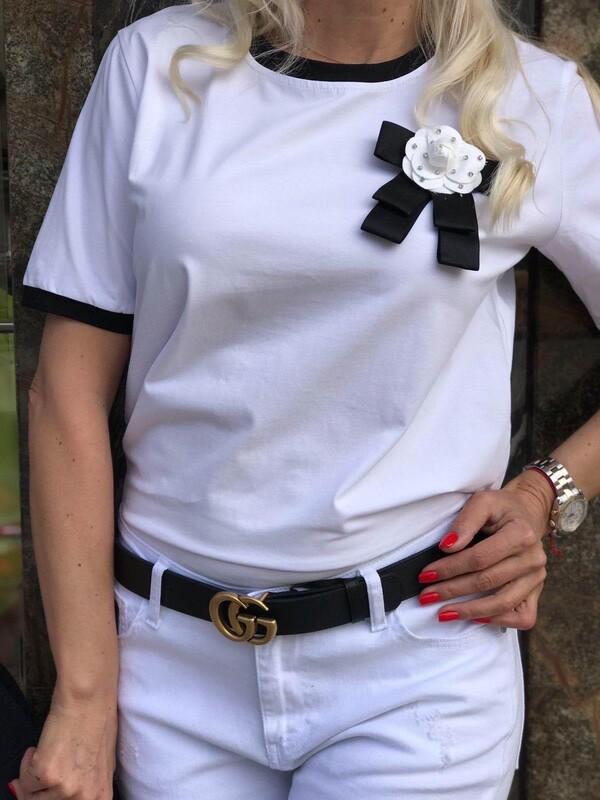 Тениска в бяло с брошка
