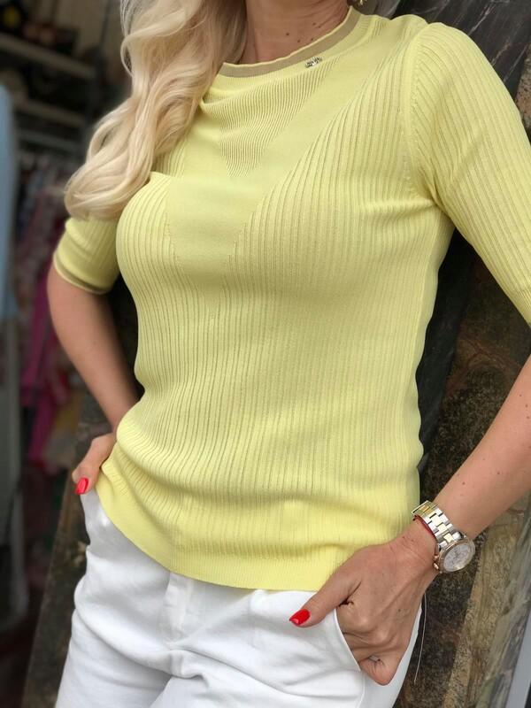 Изчистена блуза в жълто