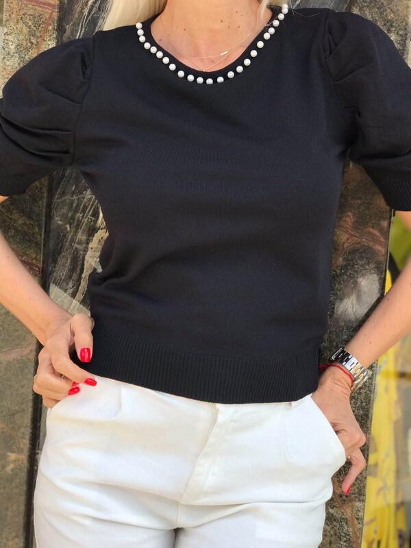 Блуза с перли в черно