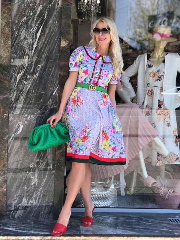 Пъстра рокля с яка