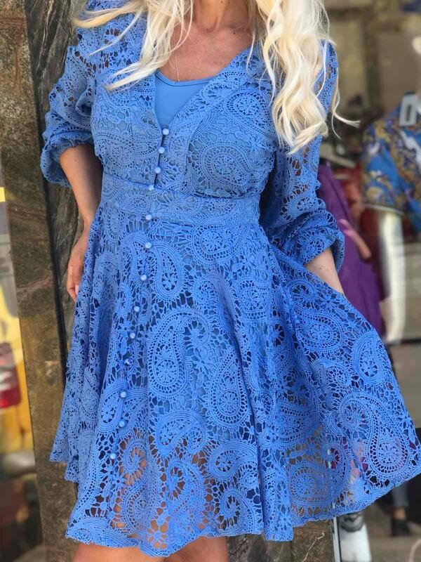 Къса дантелена рокля в синьо