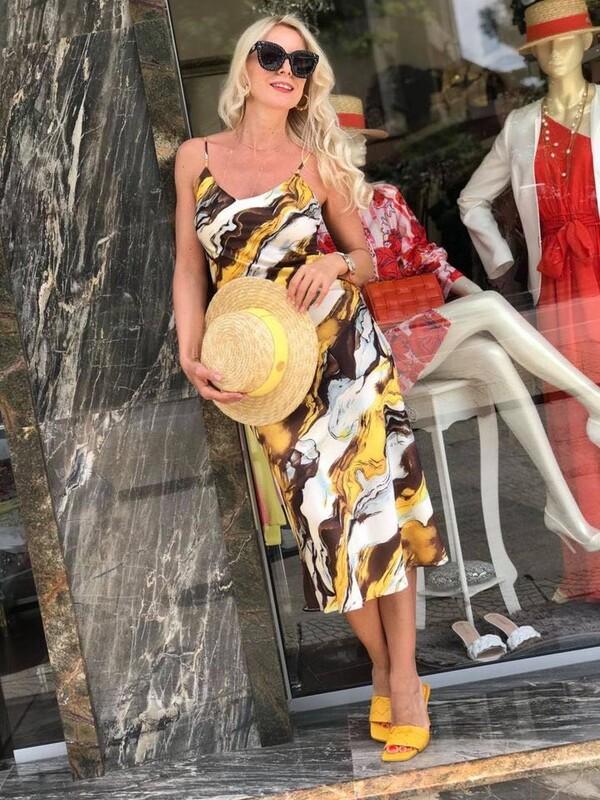 Сатенена рокля в пясъчни цветове