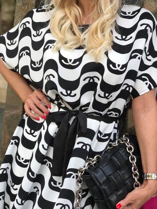 Рокля с къс ръкав в бяло и черно