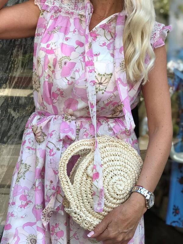 Рокля с розови цветя