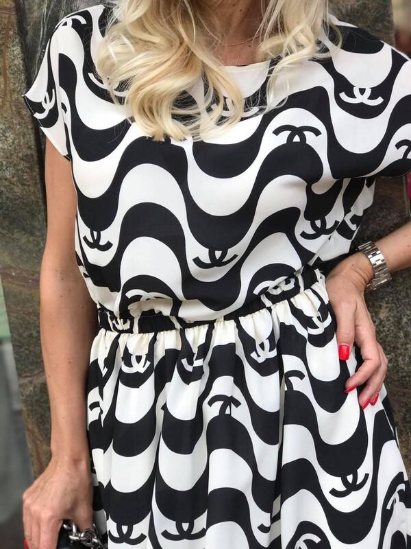 Къса рокля в черно и екрю