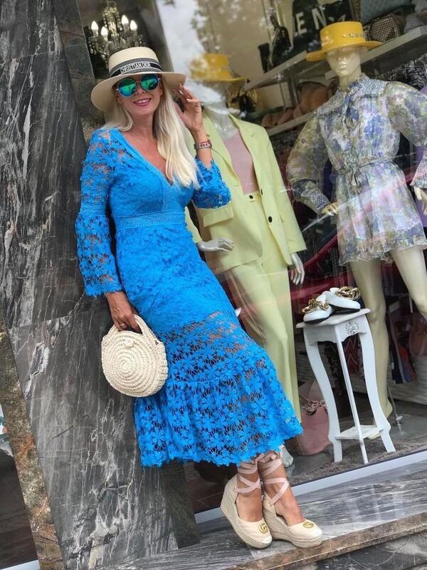 Дълга дантелена рокля в синьо